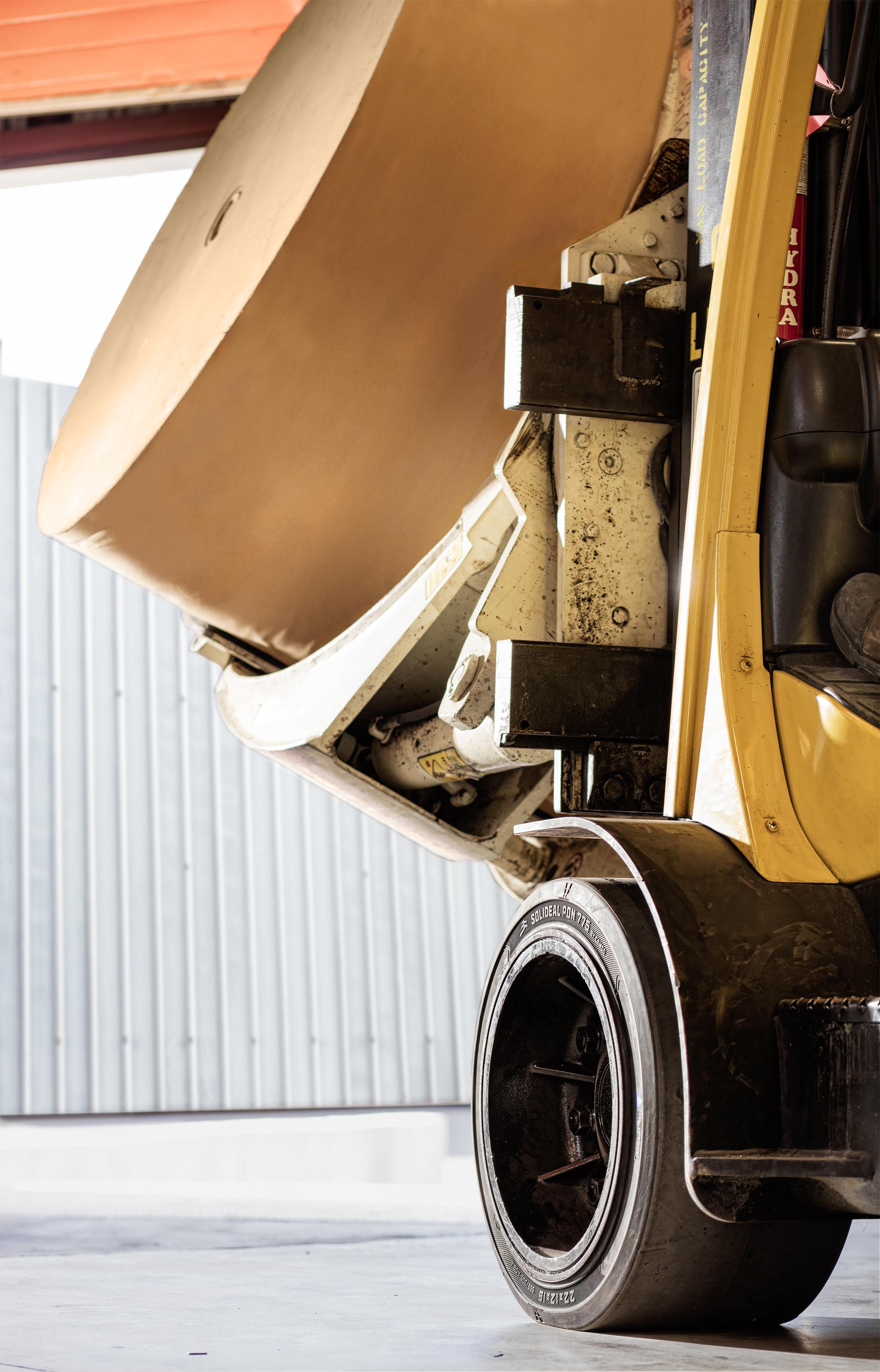 Der neue Solideal PON 755 Gabelstaplerreifen beim Einsatz in einem Papierwerk